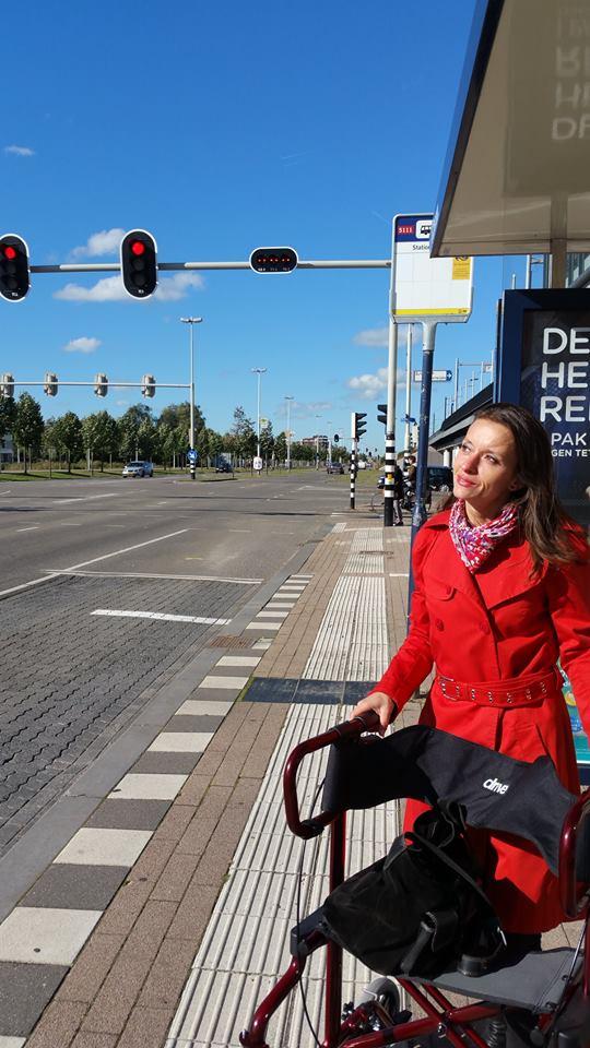 Andrea bij de bus
