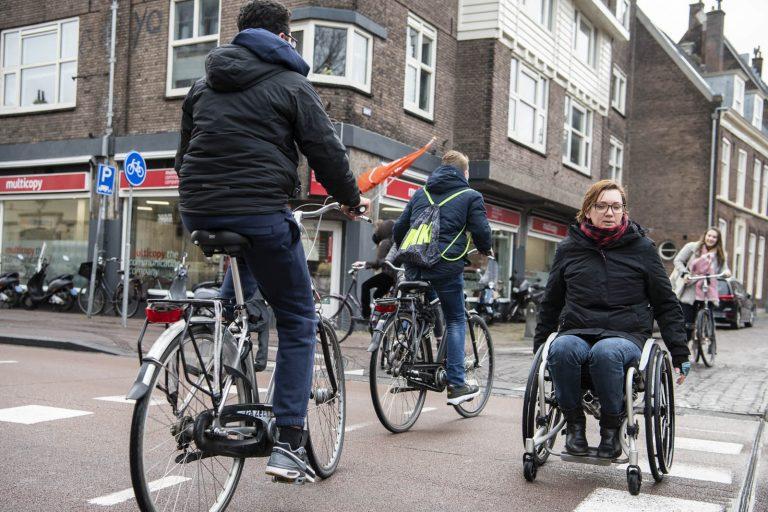oversteken rolstoel